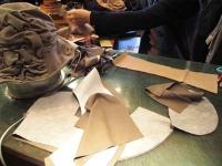 2009.1月帽子教室、見本を前にN様 作業中